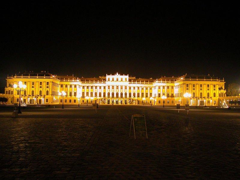 Дворец Шёнбрунн: вид с парадного двора.