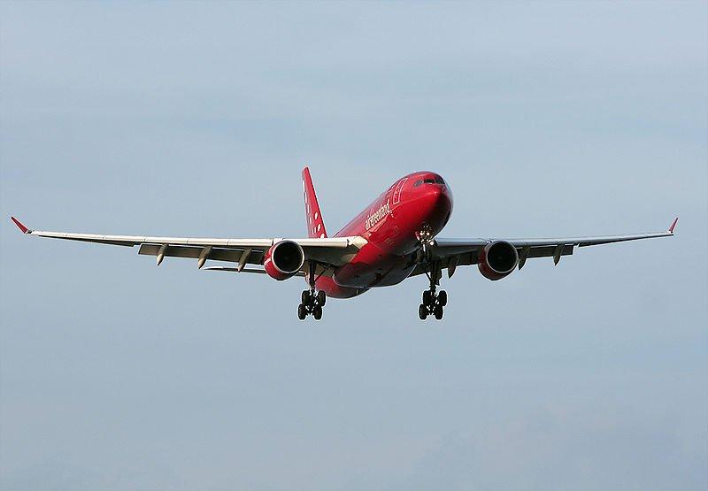 самолет Air Greenland взлетает в Копенгагене