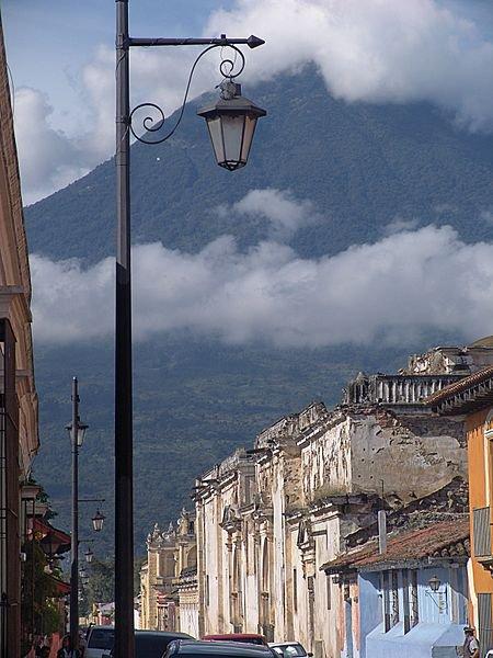 Город Антигуа-Гватемала, вид на вулкан