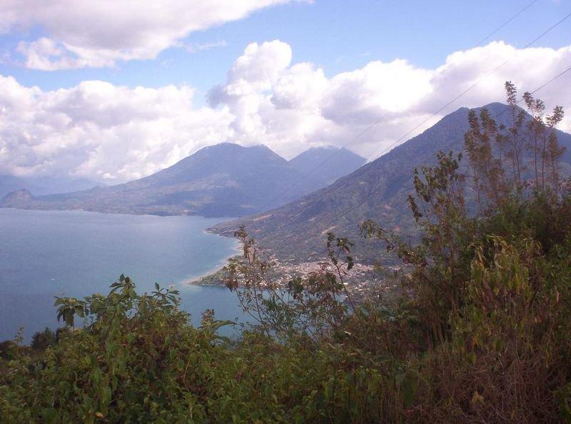 Озеро Атитлан, вид на вулканы