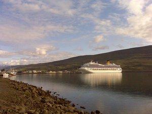 Круизный лайнер в гавани Акюрейри, Исландия