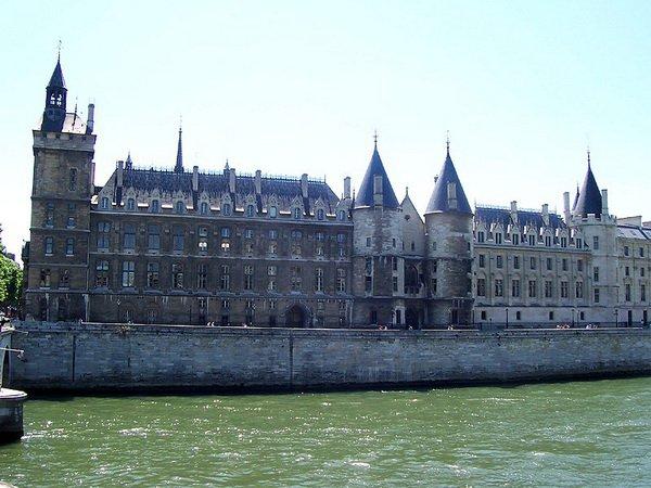 Замок Консьержери, вид с Сены