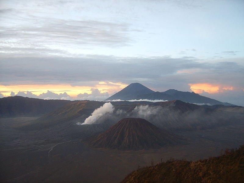 Вулканы Бромо (парящий конус) и Семеру вдали