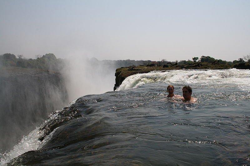 Купание на водопаде виктория