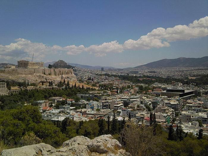 Новый музей Акрополя (справа), фото  Martin451 / Wikimedia Commons
