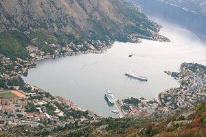 Вид с высоты на Которский залив и корабли в порту Котора, Черногория