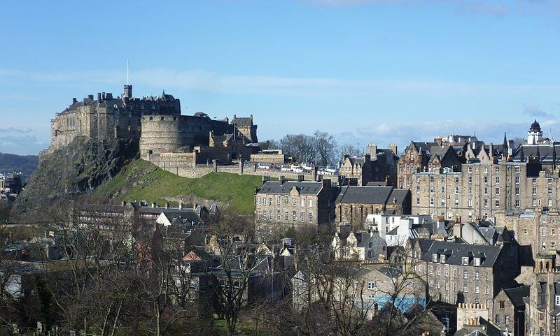 Эдинбургский замок, вид из города