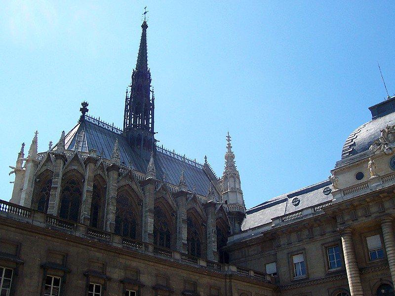 Вид на Сент-Шапель со стороны Дворца правосудия