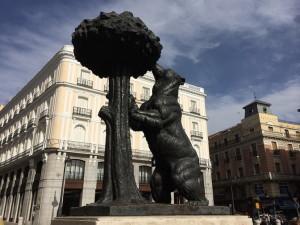 """""""Медведь у земляничного дерева"""" - символ Мадрида"""