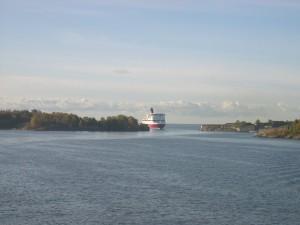 Паром входит в порт Хельсинки
