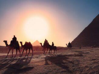 Египет находится в Африке - солнце и пирамида