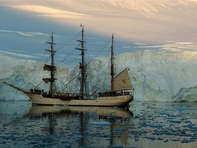 Современный парусный корабль в Антарктиде