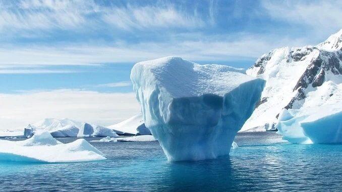 Айсберг в берегов Антарктиды