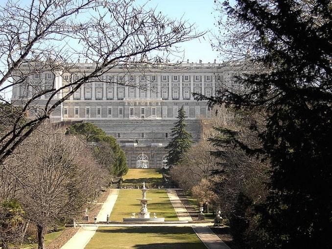 Королевский дворец в Мадриде, вид с Кампо Моро