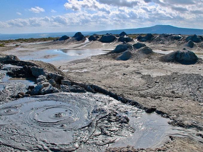 Грязевые вулканы в парке Гобустан, Азербайджан