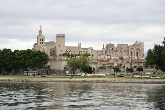 Папский дворец - главная достопримечательность Авиньона