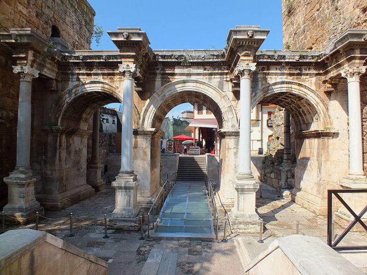 Арка императора Адриана в Анталии