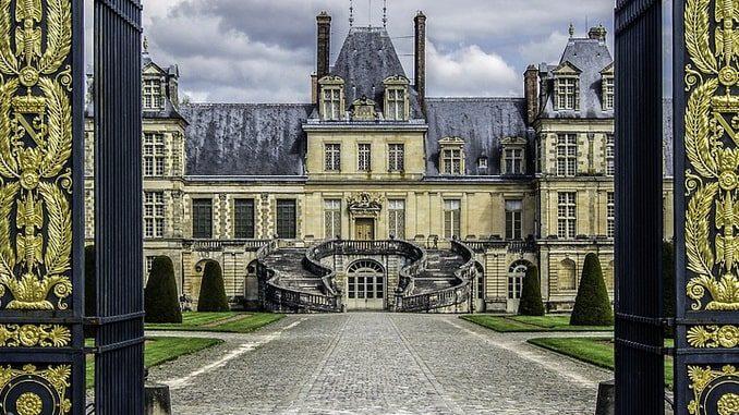 Дворец Фонтенбло во Франции - главный фасад
