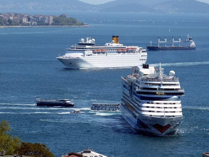 Корабли на Босфоре - глубина позволяет
