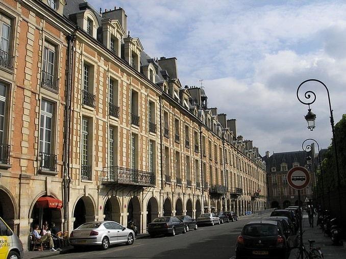 Дома на площади Вогезов в Париже