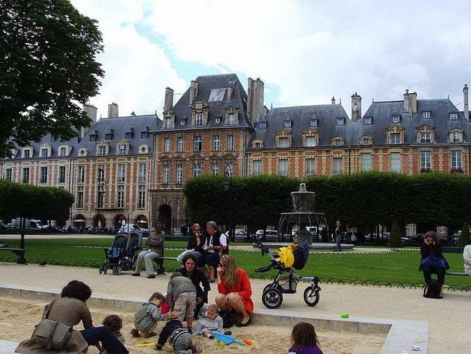 Площадь Вогезов в Париже, детская площадка