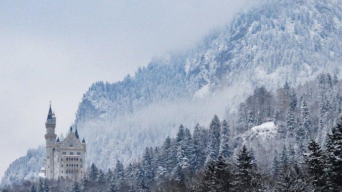 Замок Нойшванштайн в Германии - фото на фоне гор