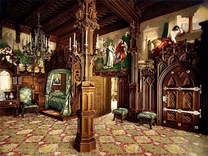 Один из залов Нойшванштайна, спальня короля