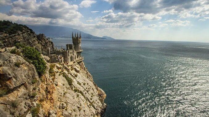 Ласточкино гнездо в Крыму находится в городе Гаспра