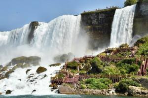 Ниагарский водопад и туристы