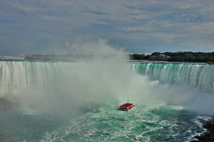 Ниагарский водопад и корабль