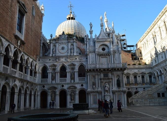 Двор Палаццо дожей в Венеции