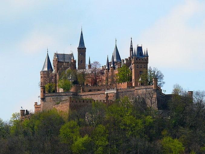 Замок Гогенцоллерн в южной Германии весной