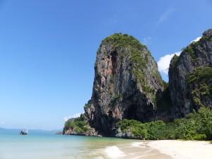Скала и пляж