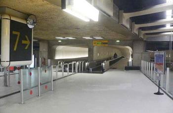 В крупнейший аэропорт парижа шарль де