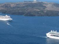 Круизные лайнеры в кальдере Санторини