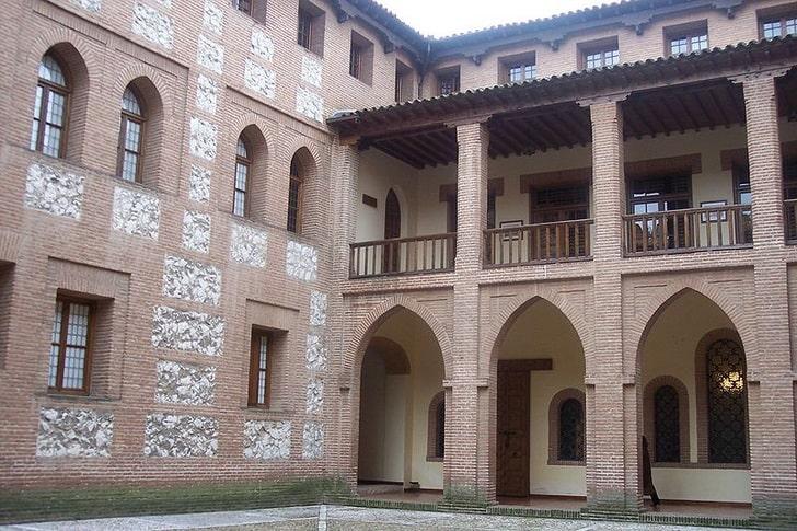 Внутренний двор замка Ла Мота