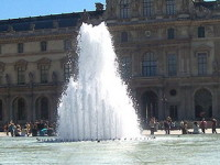 Лувр, фонтан и пирамида