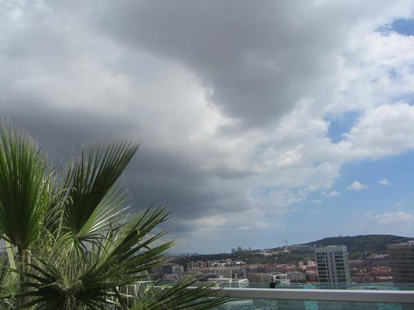 Небо, облака и Барселона!