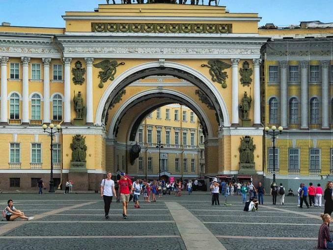 Дворцовая площадь нужно увидеть в Санкт-Петербурге