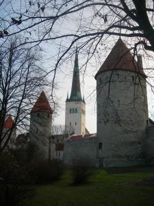 Церковь святого Олафа на фоне крепостных стен