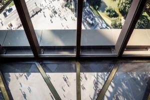 Вид вниз с Эйфелевой башни, фото psfk.com