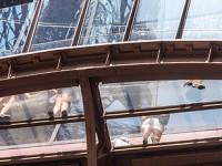 Эйфелева башня - стеклянный пол