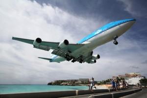 Самолет над пляжем Махо
