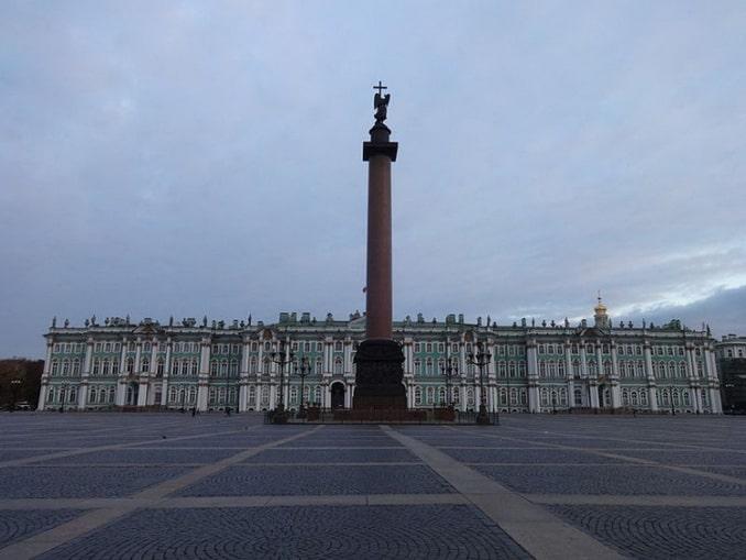 Зимний дворец и Александровская колонна на Дворцовой площади