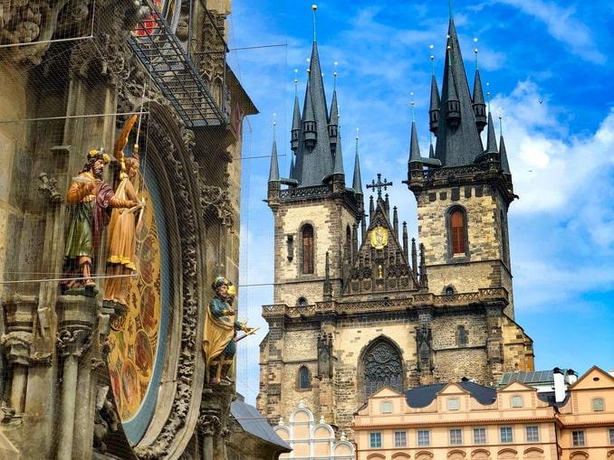 Пражский Орлой и Тынская церковь на Староместской площади