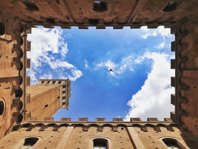 Сиена, Италия - вид из двора Палаццо Публико