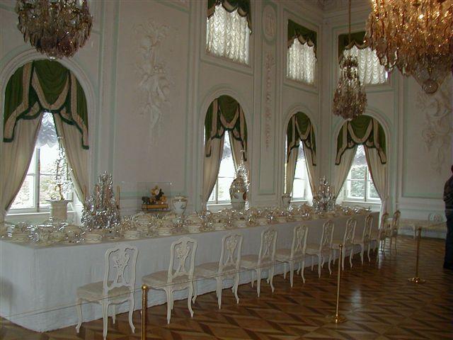 Белая столовая - зал Большого Петергофского дворца