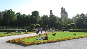 Лужайки в парке Хофгартен в Мюнхене