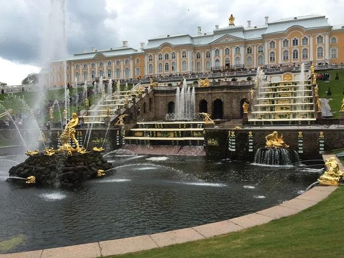 Большой каскад в Петергофе под Санкт-Петербургом нужно видеть