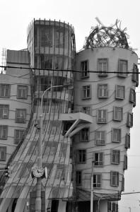 """""""Танцующий дом"""" в Праге - черно-белый"""